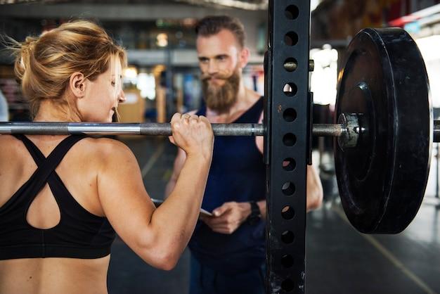 Persönlicher trainer im fitnessstudio