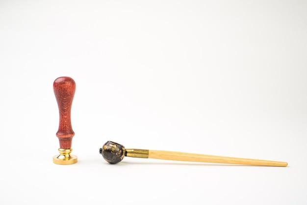 Persönliches stempelwerkzeug mit holzgriff und metallkopf und zubehör lokalisiert auf weiß