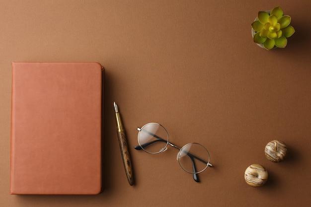 Persönliches tagebuch mit stift und topfpflanze