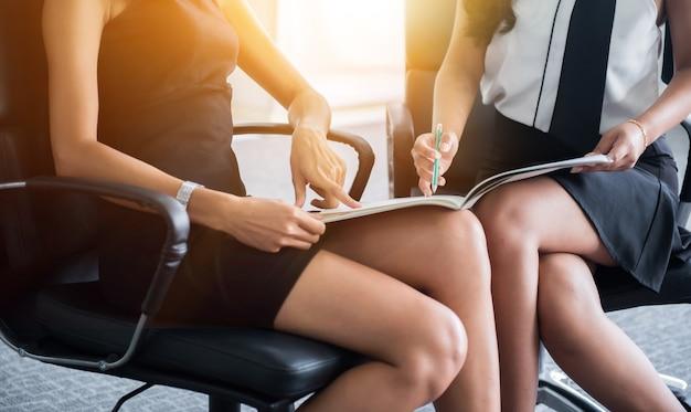 Persönlichkeitsentwicklung, coaching und training für business teamwork. treffen und diskutieren mit kollegen im konferenzraum