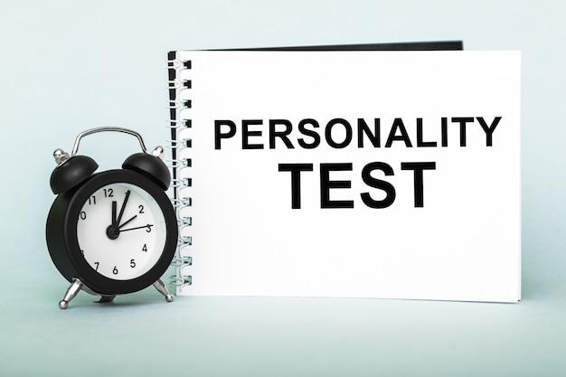 Persönlichkeitstest. notizbuch mit text auf blauem hintergrund.