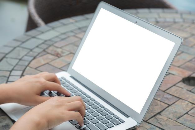 Person auf einem laptop zu schreiben