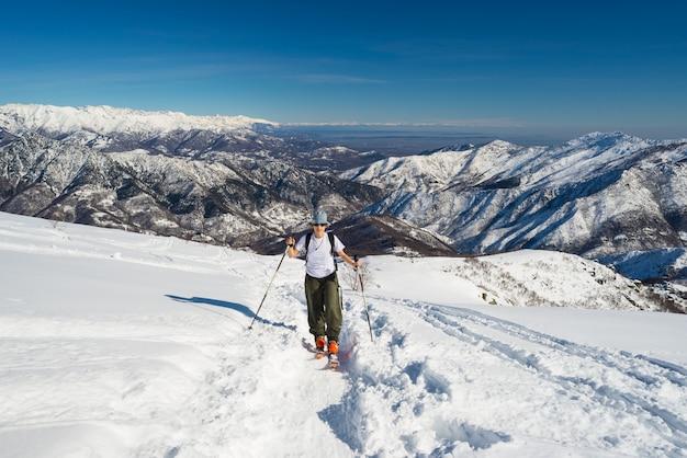 Person bergsteigen schneebedeckten gipfel