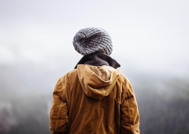 Person bewundern nebel
