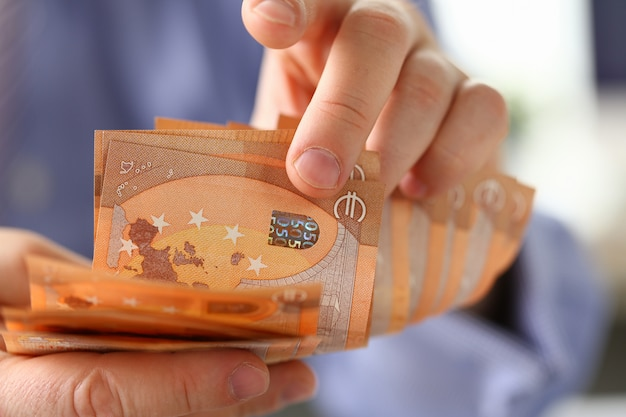 Person counting money savings-finanzkonzept