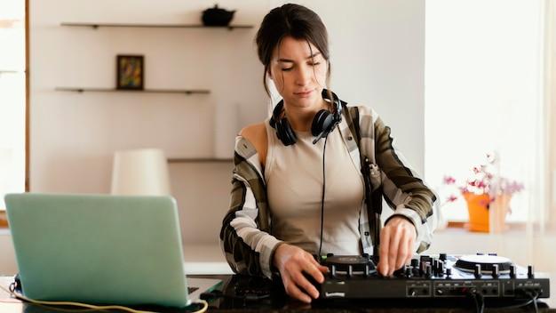 Person, die allein zu hause musik übt