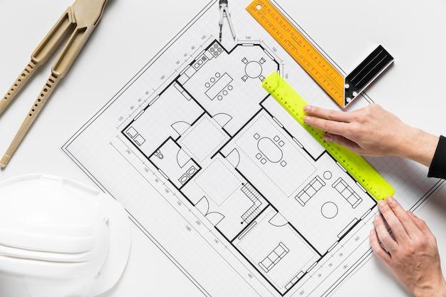 Person, die an einem architekturprojekt arbeitet