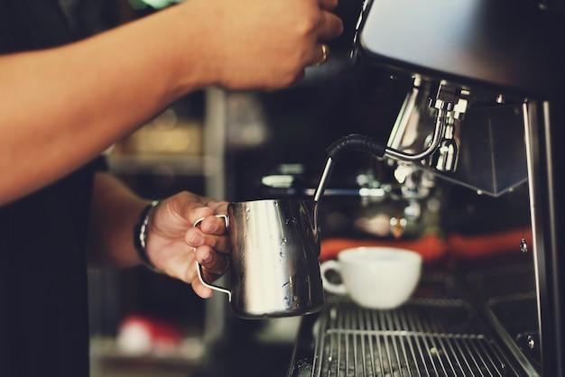 Person die arbeit mit einer kaffeemaschine