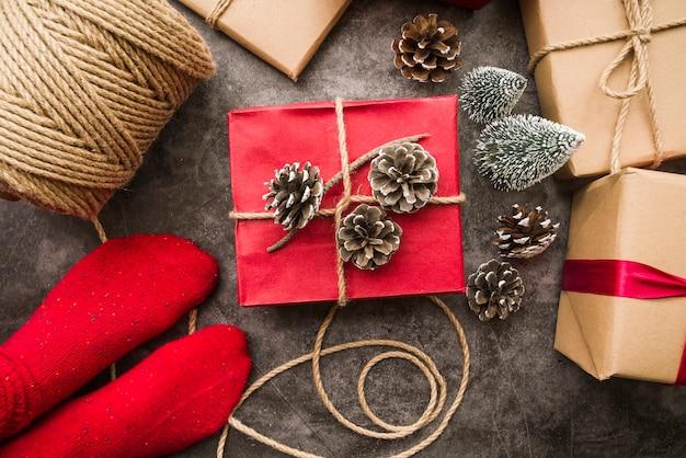 Person, die auf boden mit verschiedenen geschenkboxen steht