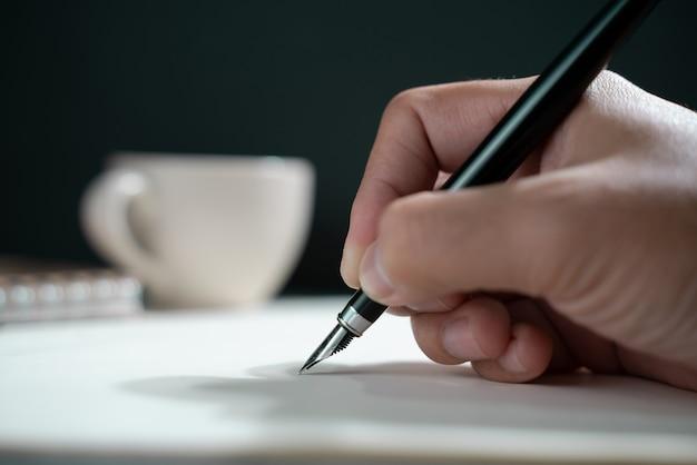Person, die auf ein notizbuch schreibt