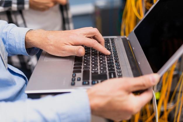 Person, die auf einer laptopnahaufnahme schreibt