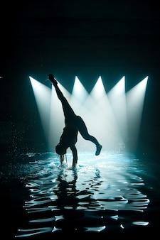 Person, die auf wasser tanzt