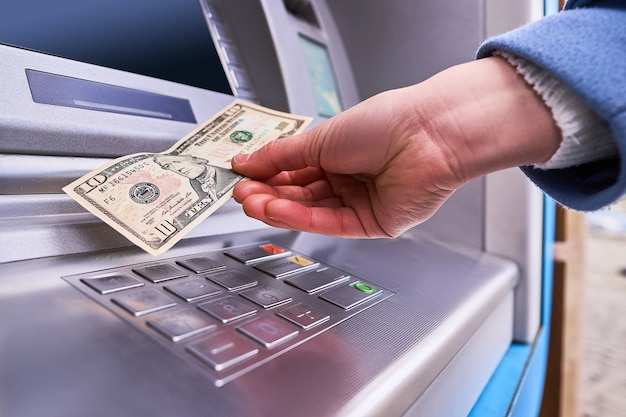 Person, die automatisches geldautomatenbanking verwendet, um geld abzuheben