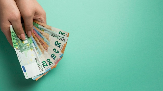 Person, die banknoten mit kopienraum hält