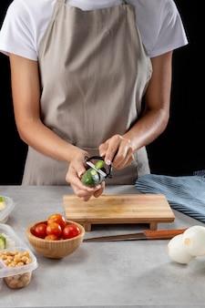 Person, die batch-kochen mit gesundem essen praktiziert