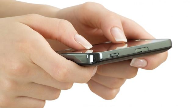 Person, die das smartphone benutzt