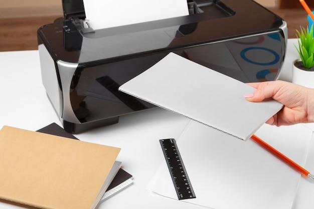 Person, die den drucker zum scannen und drucken von dokumenten verwendet