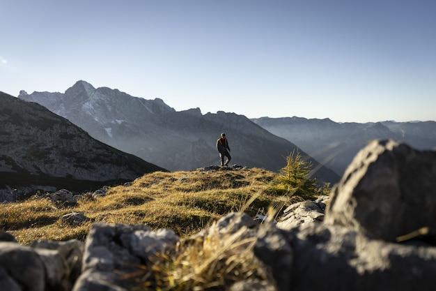 Person, die die berge um watzmannhaus an einem sonnigen tag klettert