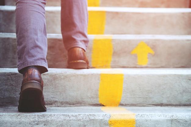 Person, die die treppe hinaufgeht.