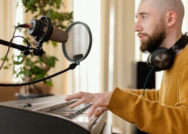 Person, die drinnen musik macht
