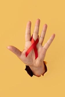 Person, die ein band zum welt-aids-tag hält