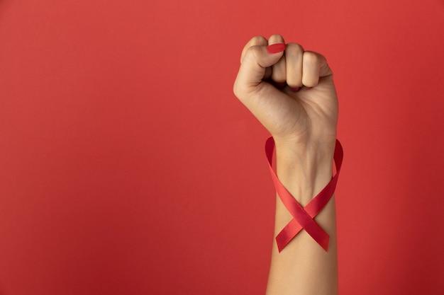 Person, die ein bandsymbol zum welt-aids-tag hält
