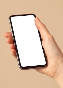 Person, die ein kopierraum-mobiltelefon hält
