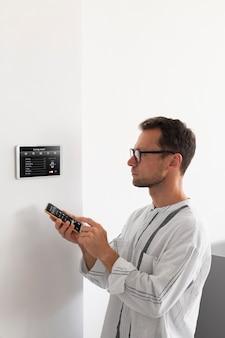 Person, die ein smartphone in einem automatisierten zuhause verwendet