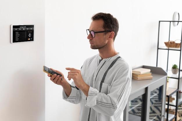 Person, die ein smartphone in ihrem automatisierten zuhause verwendet