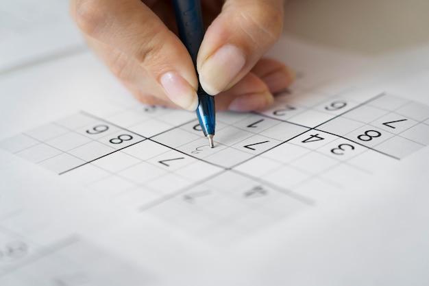 Person, die ein sudoku-spiel spielt
