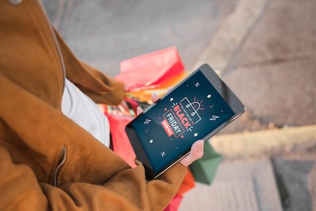 Person, die ein tablet mit black friday-suche hält