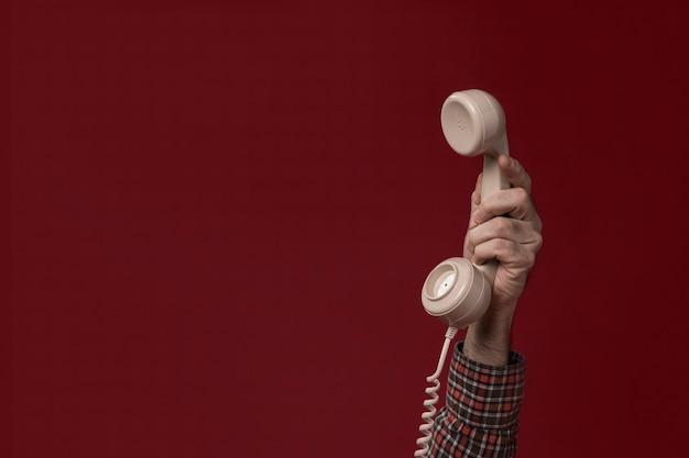 Person, die ein telefon hält