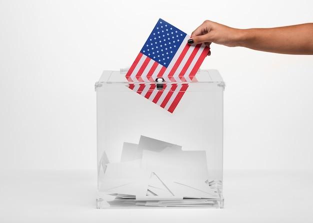 Person, die eine amerikanische abstimmung in wahlurne einsetzt