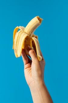 Person, die eine banane hält