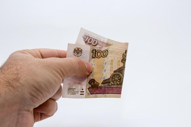 Person, die eine banknote hält