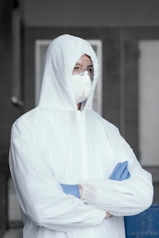 Person, die eine schutzausrüstung gegen eine biologische gefahr trägt