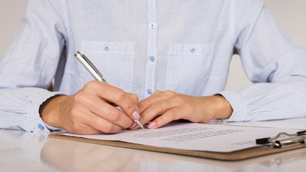 Person, die einen vertrag oder ein zertifikat unterzeichnet