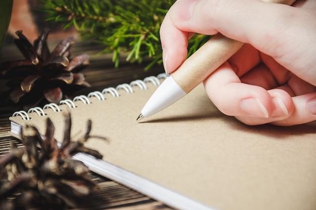 Person, die einen weihnachtsbrief schreibt