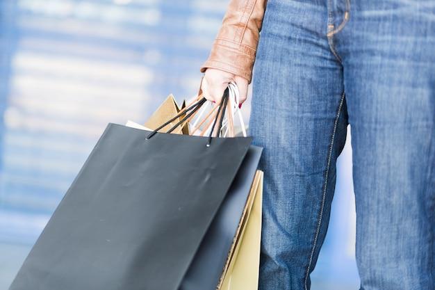 Person, die einkaufstaschen hält