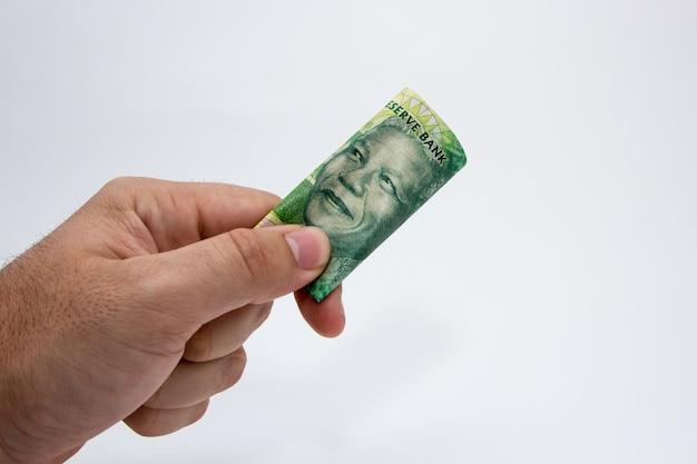 Person, die etwas bargeld hält