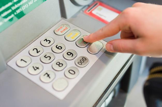 Person, die etwas geld vom geldautomaten abzieht