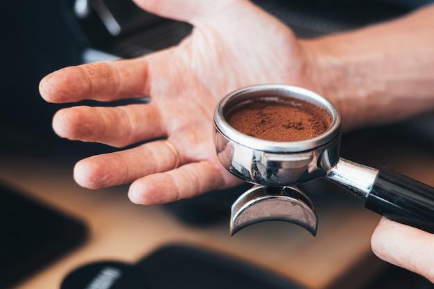 Person, die frischen kaffee mit johannisbrotmaschine macht