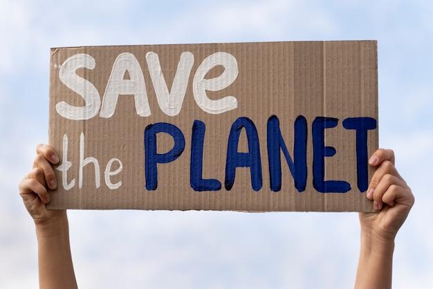 Person, die für den klimawandel protestiert
