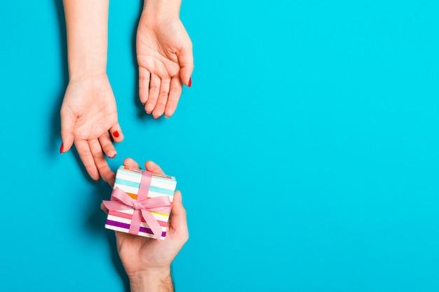 Person, die geschenkbox gibt