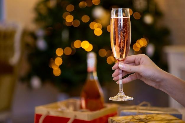 Person, die glas champagner hält