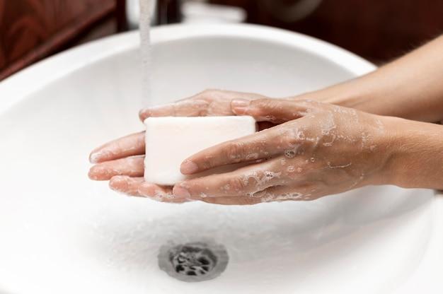 Person, die hände mit fester seife wäscht