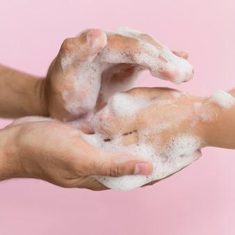 Person, die hände mit seife wäscht