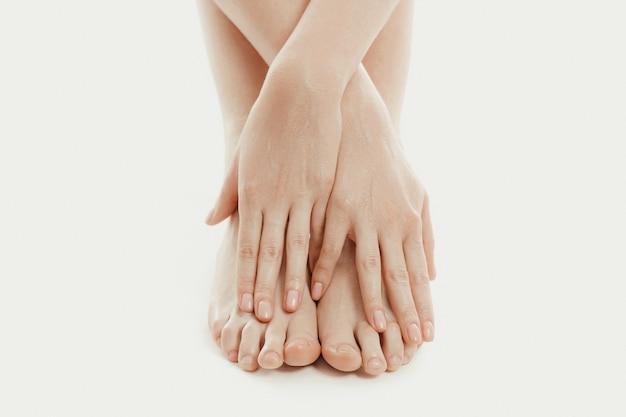 Person, die ihre zehen mit ihren fingern berührt