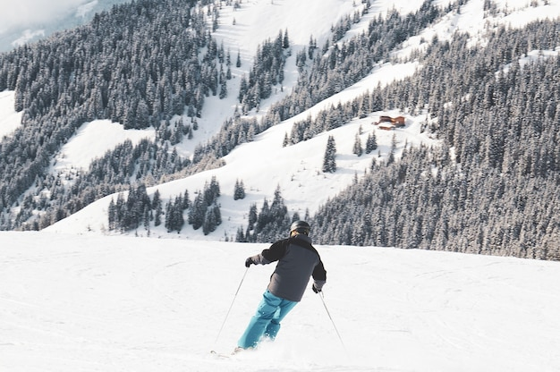 Person, die in den bergen ski fährt