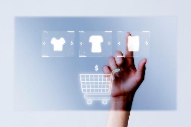 Person, die kleidung zur warenkorb-nahaufnahme für online-einkaufskampagne hinzufügt